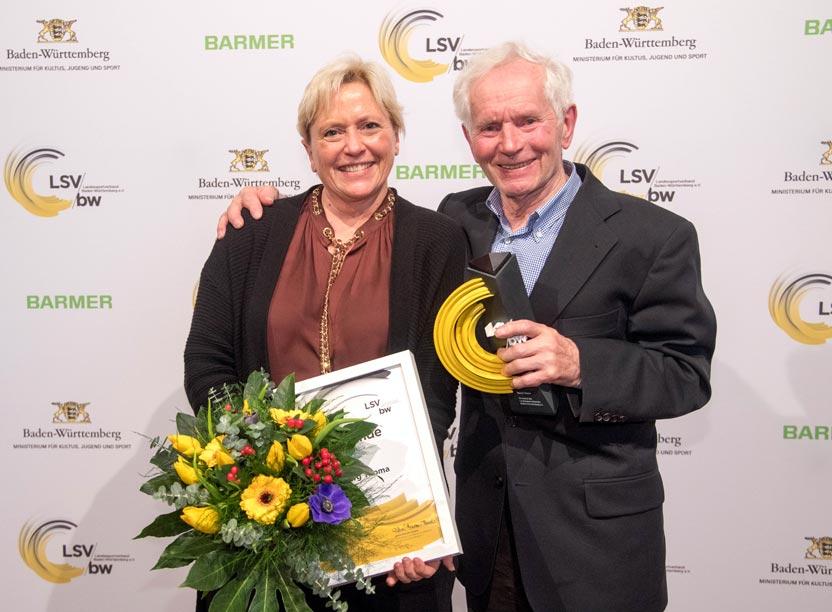 """Ministerin für Kultus, Jugend & Sport Dr. Susanne Eisenmann mit dem Preisträger """"Ehrenpreis des LSV"""" Georg Thoma,"""